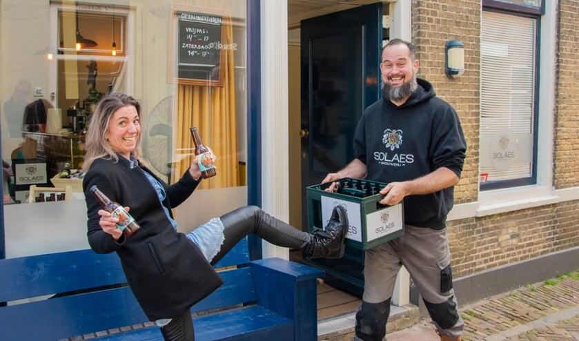 <p>Rianne Edeweerd en Jan-Willem Kramer met het speciale Roparun-biertje van Solaes (Foto: Sam Fish).</p>
