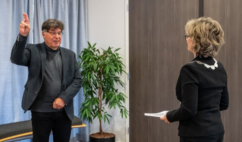 <p>Bram Pijl wordt be&euml;digd door de burgemeester (Foto: Wim van Vossen).</p>