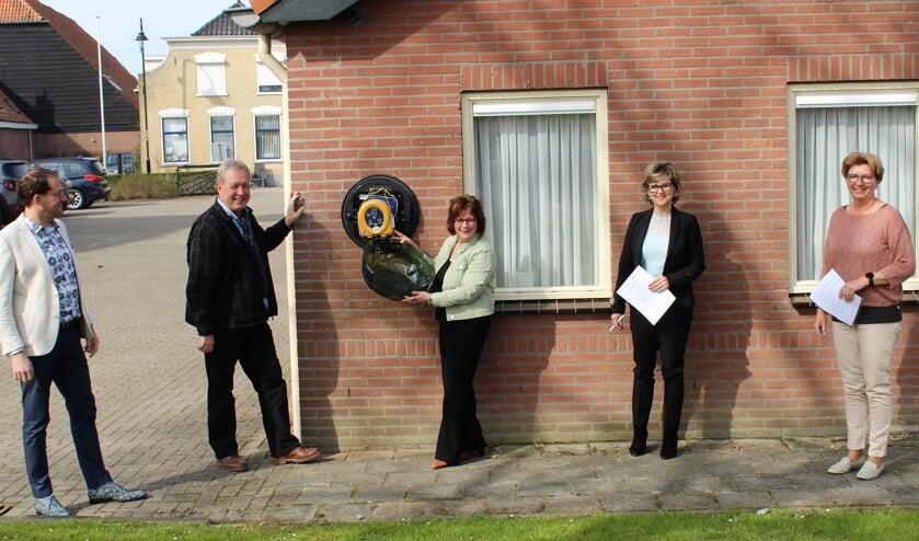<p>Op de foto v.l.n.r. Jan Meinster, Willem van de Veer, Irene Drenth, burgemeester Grootenboer en Annelies van den Hoek (Foto: Mirjam Terhoeve).</p>