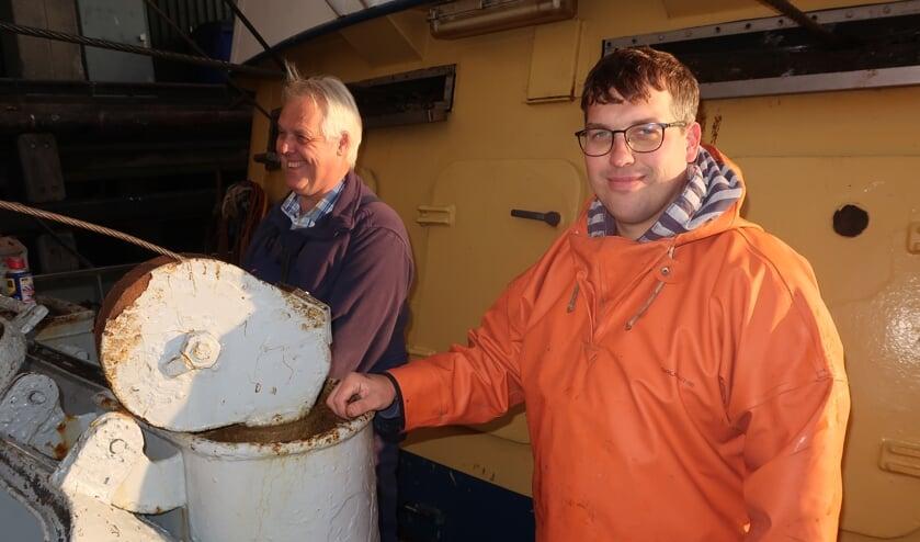 <p>Jan (links) en zoon Hans Tanis aan boord van de pulskotter GO-37 (Foto: W.M. den Heijer).</p>