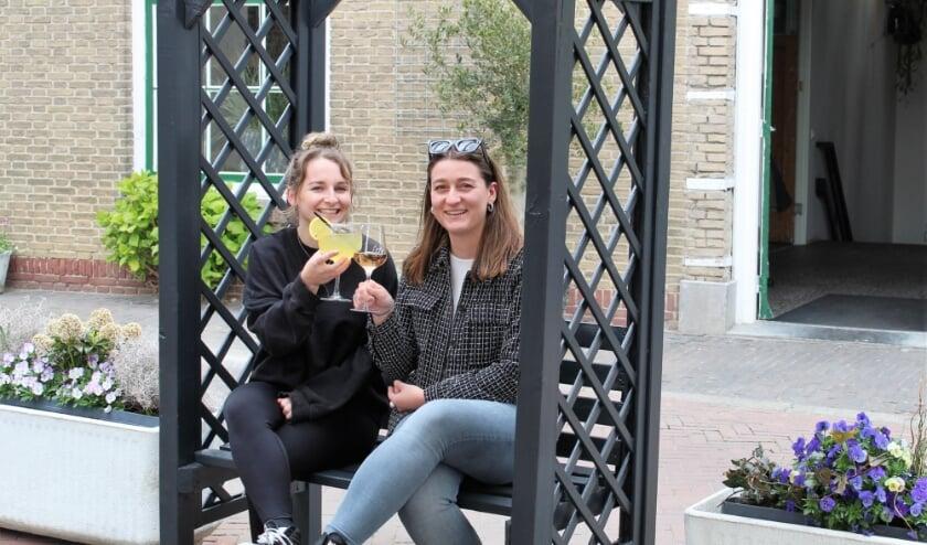 <p>Marissa en Sharon toosten op een geslaagde testvakantie (Foto: Mirjam Terhoeve).</p>