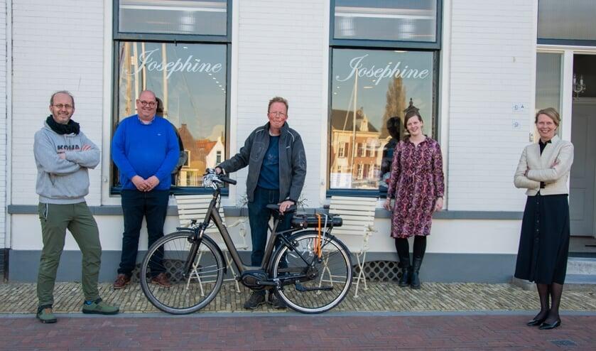 <p>V.l.n.r.: Peter de Jager (fietstotaal), Ronald de Koning (BIZ Middelharnis), Johan, Hennie van den Hoek-Van Dam (De Ouwe Stempel) en Petra Rabouw van Hoedenhuijs Josephine (Foto: Sam Fish).</p>