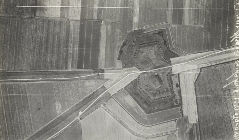 <p>Redoute 1, waarvan in het huidige landschap niets meer is terug te zien. De luchtfoto&#39;s van de redoutes zijn gemaakt in de jaren twintig van de vorige eeuw. (Foto&#39;s: Collectie Nederlands Instituut voor Militaire Historie)</p>