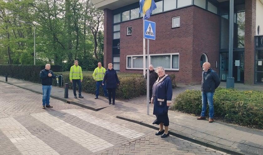 <p>Op de foto naast wethouder Tea Both-Verhoeven en een aantal medewerkers van de Buitendienst, de heer Klaas Rozeboom van Pol Heteren (de leverancier van de verkeersborden) en drie leden van de dorpsraad Nieuwe-Tonge in Bloei!, namelijk Anne-Karin Guijt-Holleman, Piet de Gans en Nel Kralt.</p>