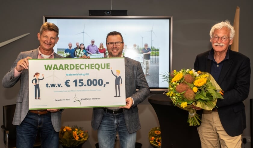 <p>Namens Molenstichting Goeree-Overflakkee hebben Corstiaan Kleijwegt en Hendrik den Boer zojuist een cheque van &euro; 15.000 in ontvangst mogen nemen (Foto: Hans Villerius).</p>