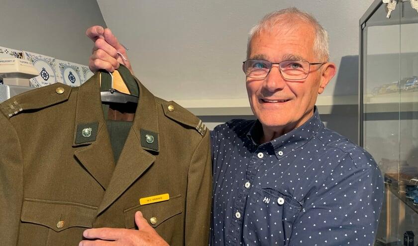 <p>Wim Grinwis met zijn oude uniform (Foto: Pauline Hof).</p>