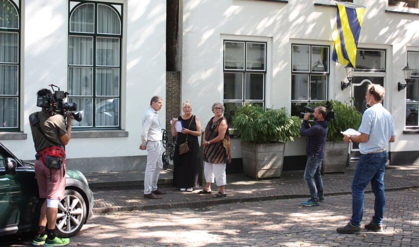 <p>Opnames tijdens de handtekeningenactie in de Voorstraat (Foto: Kees van Rixoort).</p>