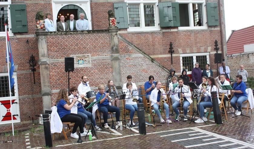 <p>Op het bordes: burgemeester Ada Grootenboer, Pau Heerschap, Hans van der Schraaf en Piet van de Ree, voorzitter van het Welzijnsfonds Oostflakkee (Foto: Kees van Rixoort).</p>