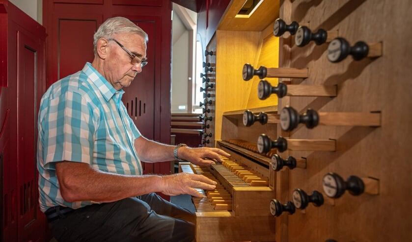 <p>Kees Grinwis achter het Edskes orgel in het kerkgebouw van de HHG Ouddorp (Foto: Wim van Vossen).</p>