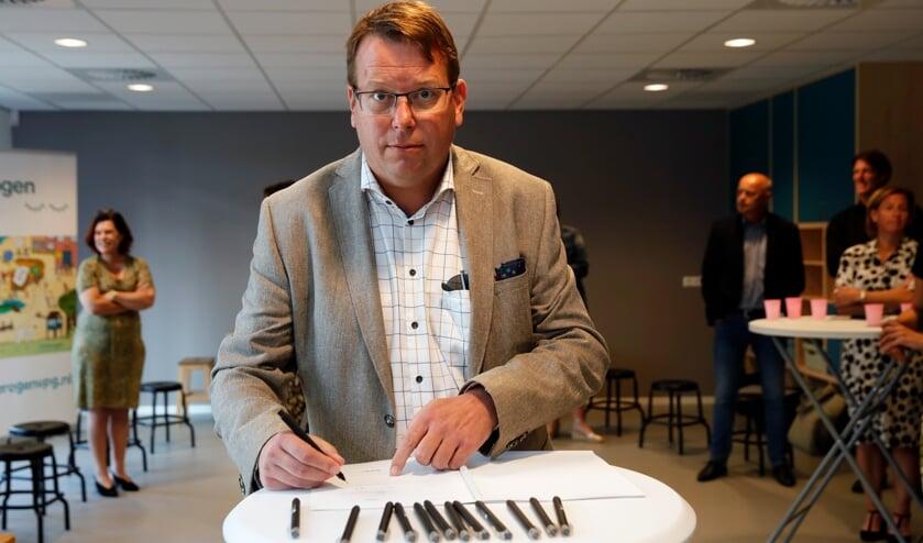 <p>Wethouder Berend Jan Bruggeman zet zijn handtekening (Foto: John de Pater).</p>