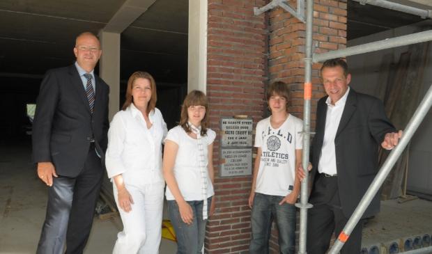 Terug naar 24 juni 2008, toen Esmee en Niels, de kinderen van Barend en Irene Cruijff, de plaquette in de pui aan de Westerstraat legde. Links toenmalig wethouder Hans Krieger.