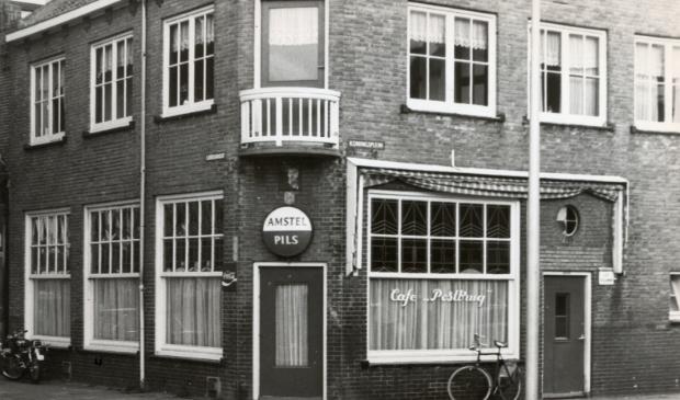 Café De Postbrug dat al sinds de bouw enkele verbouwingen had ondergaan.