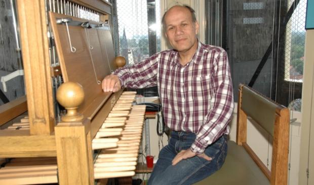 Beiaardier Frits Reynaert in de Zuidertoren.