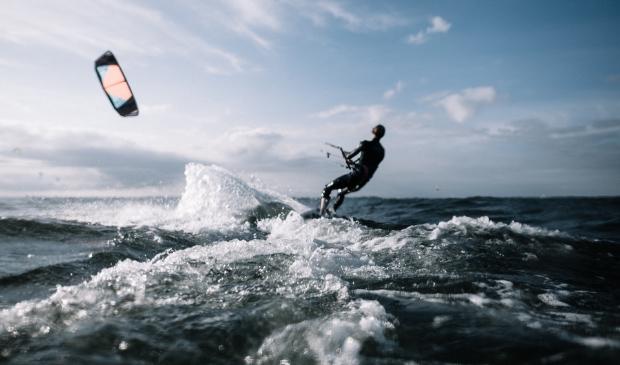 Veel kitesurfers in overtreding op het water.
