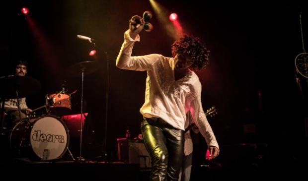 De zanger vertoont een treffende gelijkenis met de legendarische Jim Morrison.