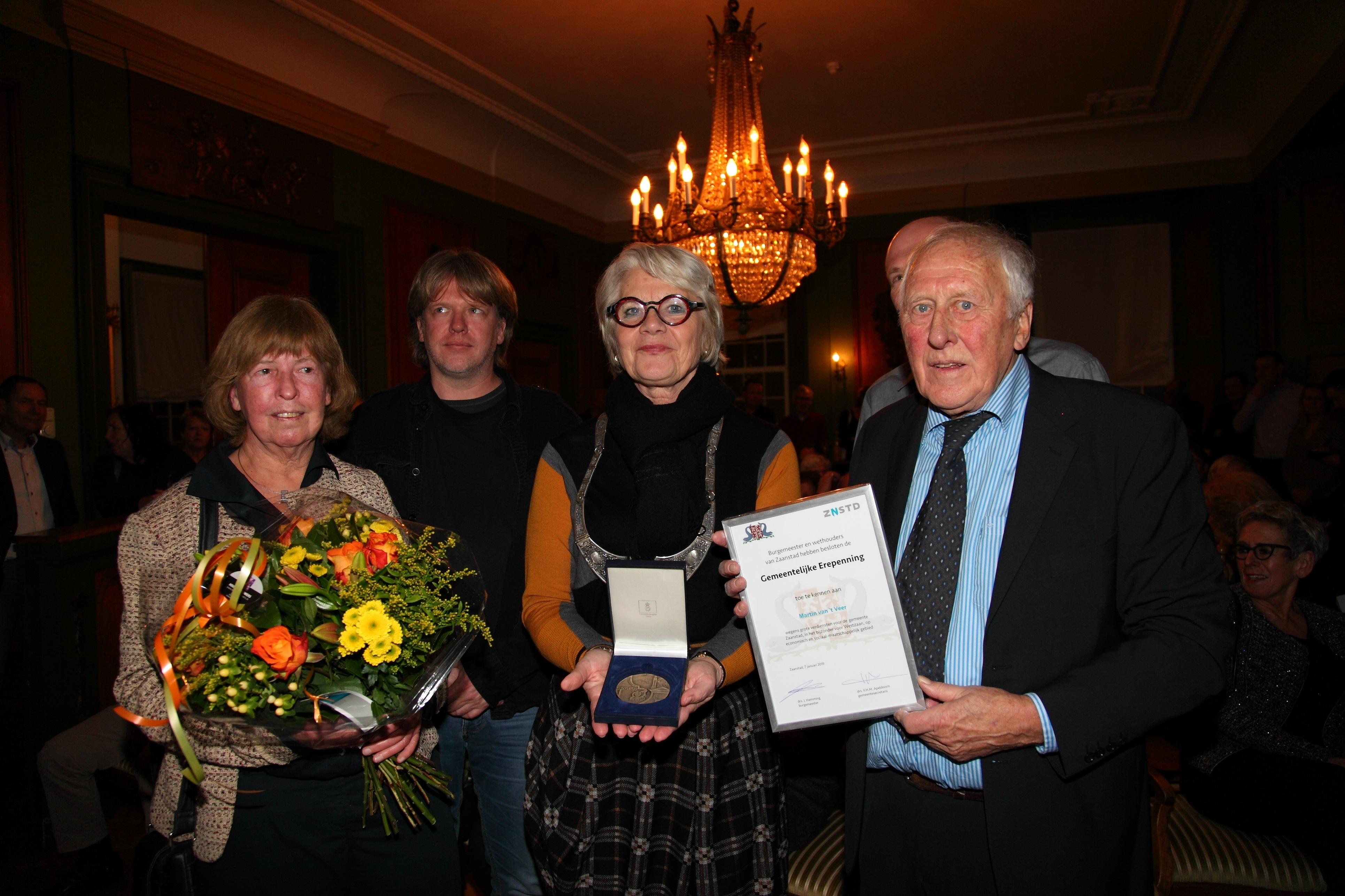Een trotse en ontroerde Van 't Veer (links) met de Erepenning van Zaanstad.