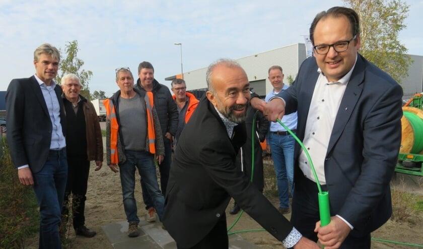Serge Ferraro, wethouder Economische Zaken (rechts voor) en Haydar Erol, wethouder Openbare Ruimte, doen gezamenlijk de officiële starthandeling.