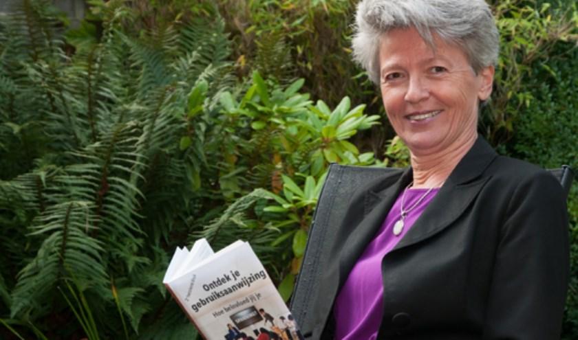 Jannie Ligthart met haar boek.