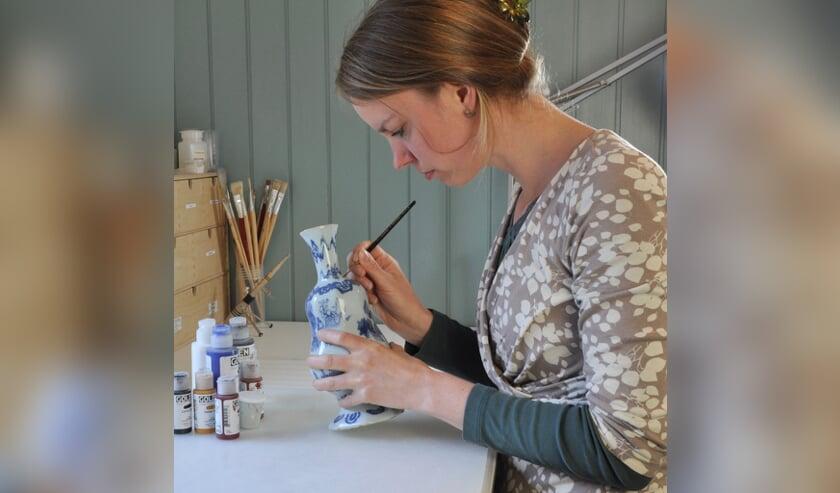 Marijke Top, gespecialiseerd in conservering en restauratie van keramiek en glas.