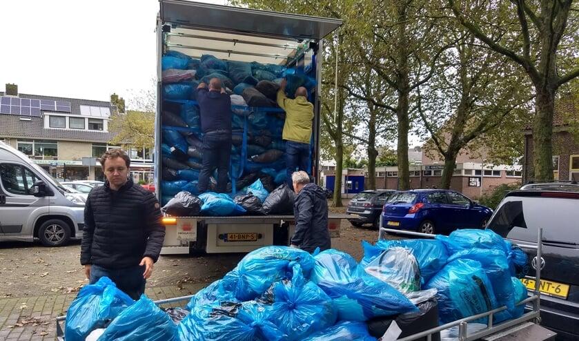 Op de foto wordt kleding geladen op Het Nieuwland in Broek in Waterland.