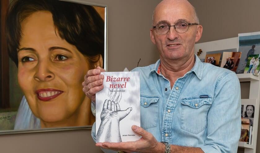 Jeroen Riemeijer met boek voor het portret van zijn zo gelifde Joke.
