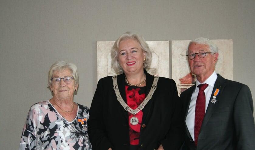 Antoinette en Ton Ruighaver met burgemeester Marianne Schuurmans-Wijdeven na de uitreiking