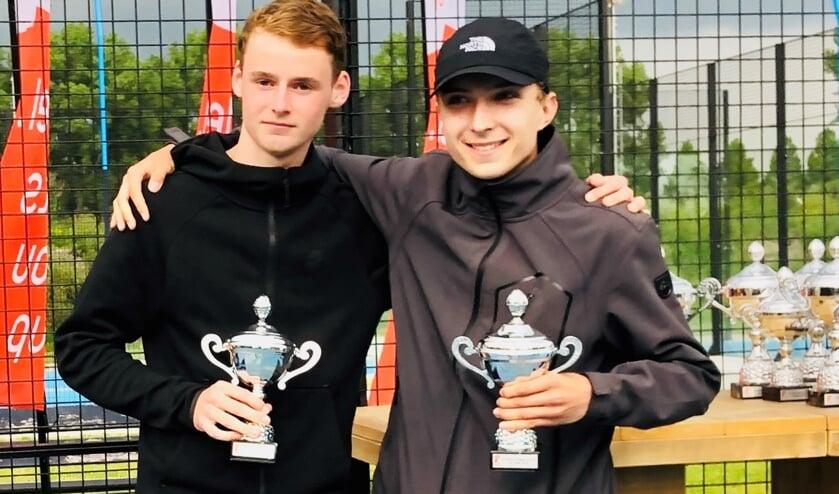 Xander Aue (rechts) en Olivier Tolk na het behalen van hun tweede plaats in het NK Padel