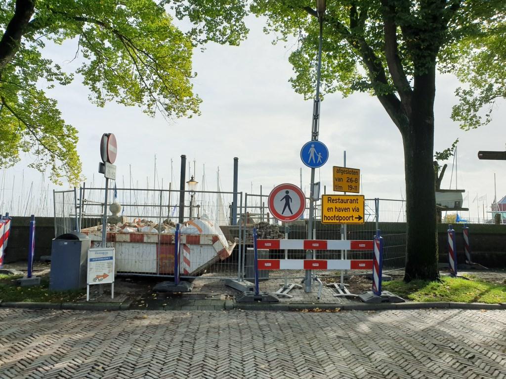 Nadat het Staverse Poortje jarenlang overeind werd gehouden door een stalen frame is de renovatie nu in volle gang.  © rodi