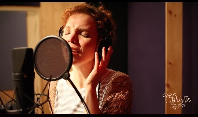 Overgave in haar liedjes en in haar werk als zangdocent typeren Christie van der Stal.