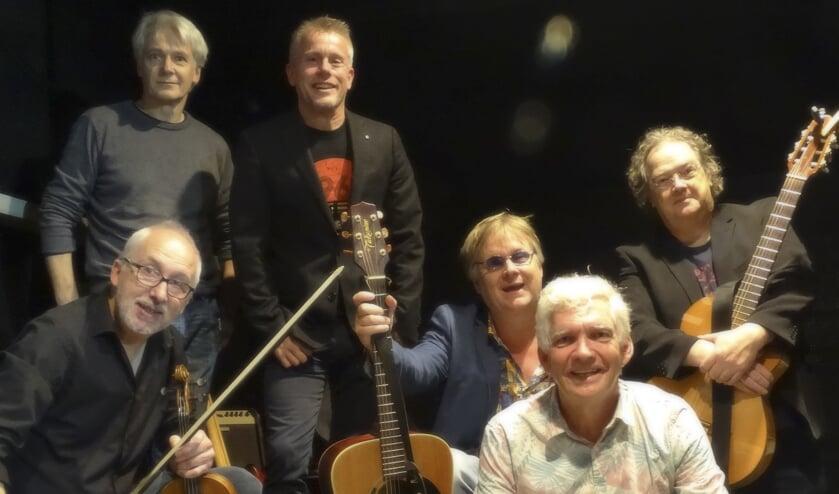 De Reizigers met (staand) Neil Russel, Jos Ahlers. Links onder Fons Stam, Eric Coolen, Maarten Brock en Henk Tijbosch