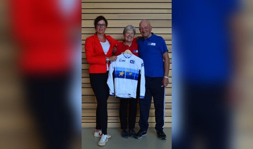 Jacqueline de Vré (l) overhandigt Co en Riet Zut het officiële EK wielershirt.