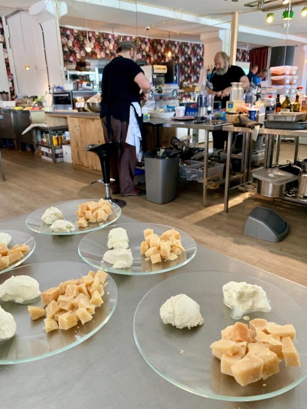 Kaas en kwark staan klaar om uitgeserveerd te worden door de kok van Since 1974. (Foto: Yvette van der Does) © rodi