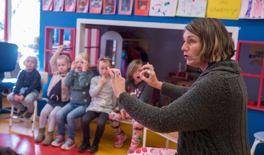 Samen met de kleuters improviseerde Irina  een verhaal aan de hand van het Kinderboekenweek-thema 'Reis je mee?'.
