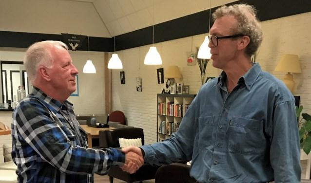 Johan Trompert (rechts) wenst zijn opvolger Jan Havenaar succes met zijn voorzittersfunctie.