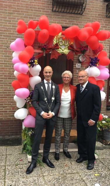 Wethouder Tesselaar en diamanten echtpaar Bakker uit Hoogwoud.