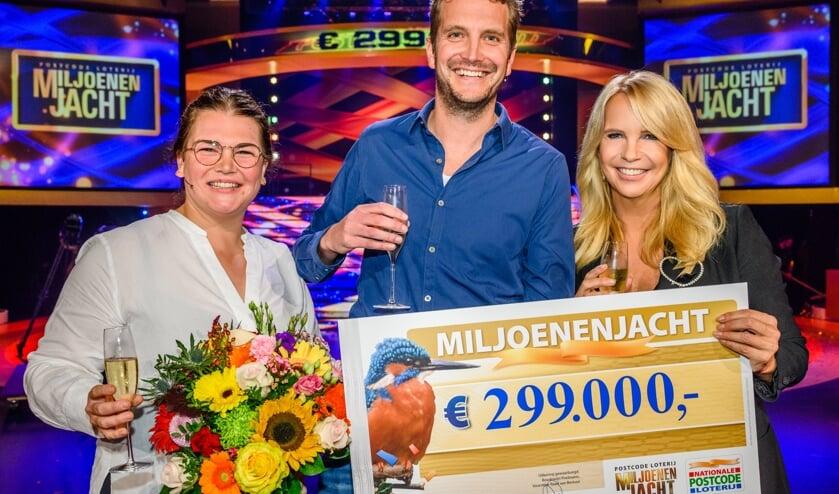 Tom (midden) wint bijna 299.000 euro bij de tv-show Miljoenenjacht.