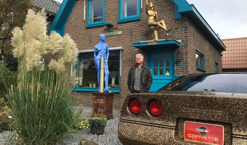 Frans Ouwerkerk tussen zijn kunstwerken voor zijn bijzondere huis.