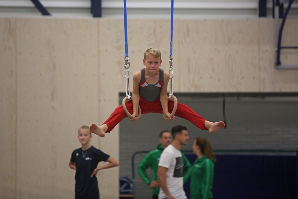 Een jonge turner probeert de ringen uit.  (Foto: Rowin van Diest) © rodi