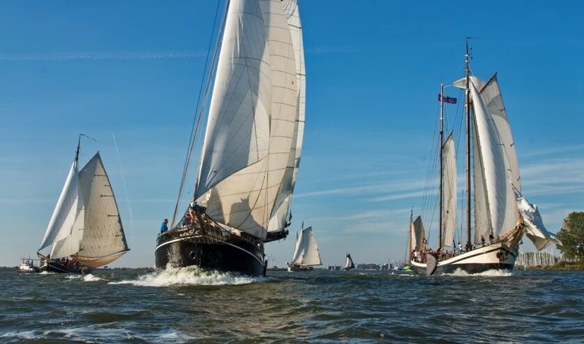 Het IJsselmeer als wedstrijdveld voor tientallen klippers, zorgt al jaren voor schitterende taferelen.