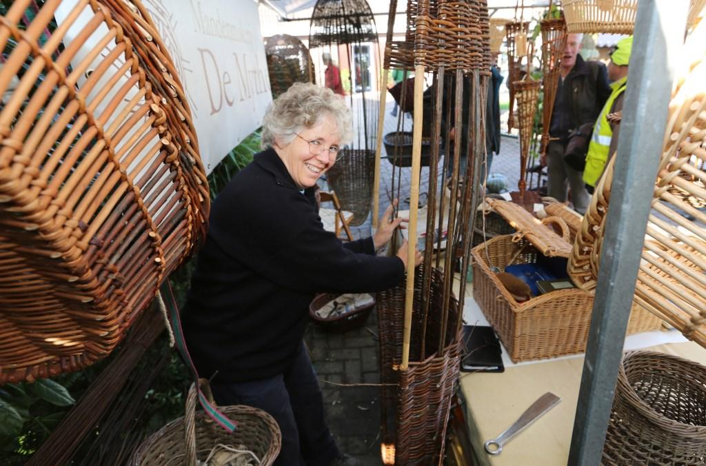 Naast de kennismaking met de bewoners en diverse producten, toonde mandenmakerij De Mythe een mooie collectie rieten manden. (Foto: Theo Annes) © rodi