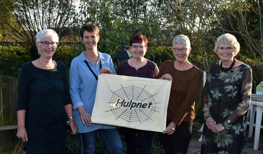 V.l.n.r.: Rony, Anita, Hélène, Mart en Riet. Samen vormen zij het bestuur van stichting Hulpnet Lutjebroek.