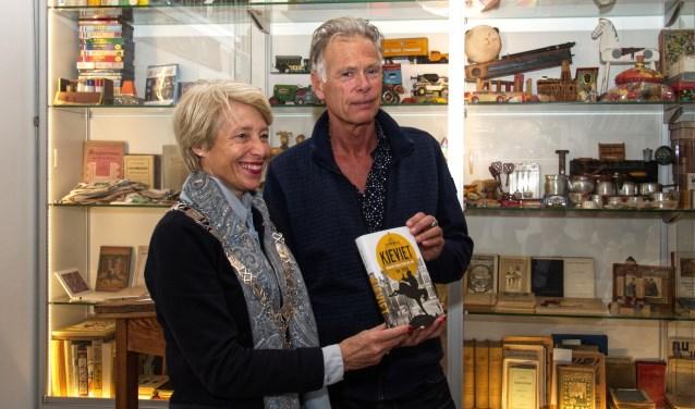 Burgemeester Lieke  Sievers toont met auteur Ton van der Lee de biografie over C. Joh. Kieviet.