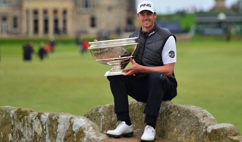 De meest traditionele winnaarsfoto in golf, met dit keer Victor Perez in de hoofdrol met de Swilcan Bridge.