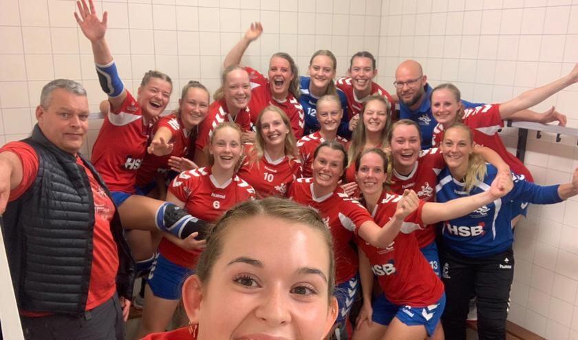 Een selfie van de handbalvrouwen van DSS die dolblij zijn na hun eerste overwinning in de competitie tegen VELO.