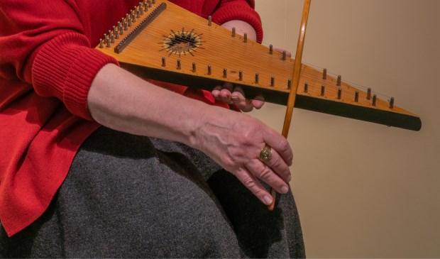 Maisa legt uit hoe haar instrumenten werken.