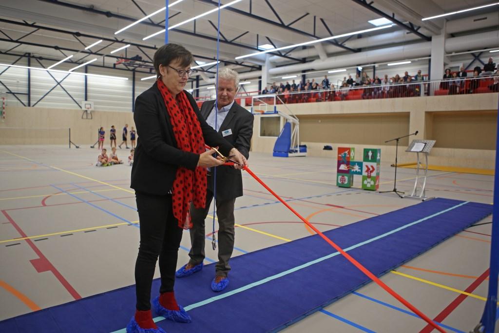 Wethouder Mieke Booij opent de vernieuwde sporthal met het doorknippen van een lint.  (Foto: Rowin van Diest) © rodi