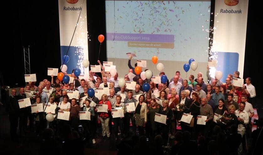 De vertegenwoordigers met in het midden een trotse Ariënne Kooter.