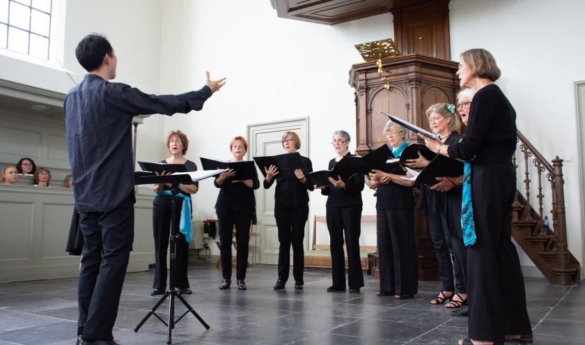 Het Kodálykoor oefent voor hun optreden in de Buiksloterkerk.