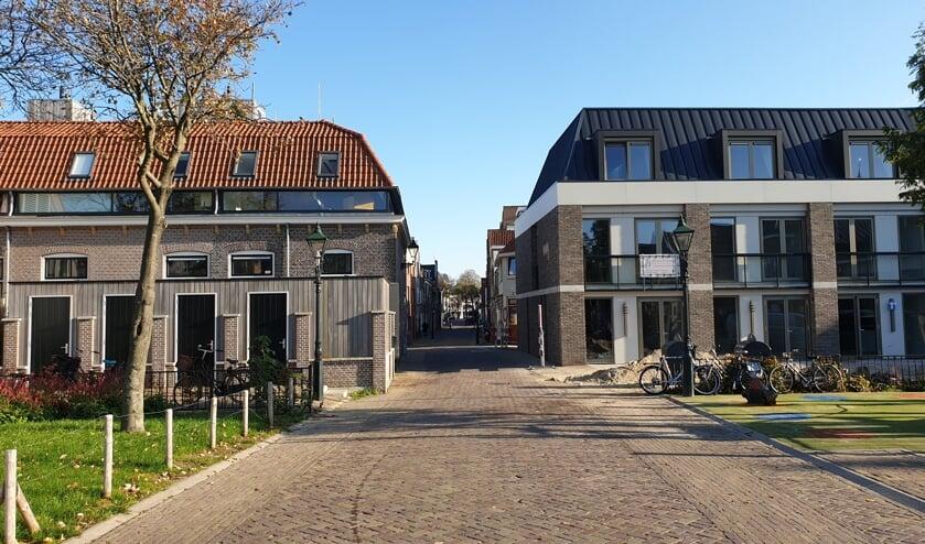 Een prachtig plaatje. Links het compleet verbouwde buurthuis De Burcht, rechts nieuwe stadswoningen.