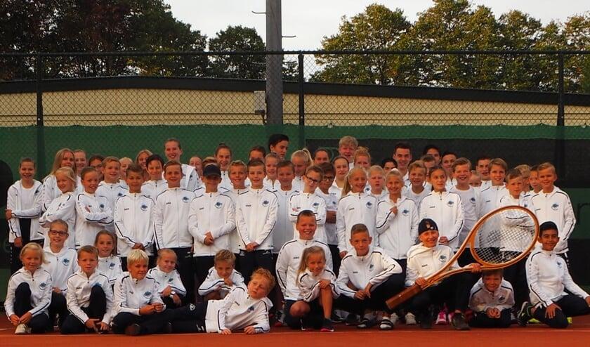 De ruim 100 jeugdleden van DEM tennis.